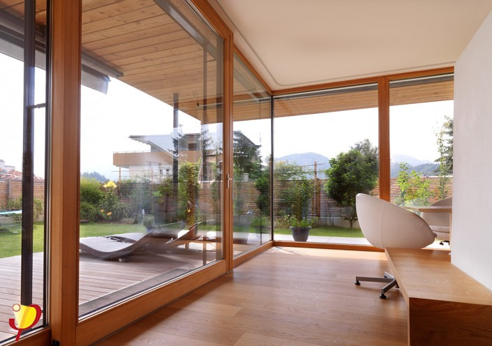 hausplus fenster in holz und holz aluminium. Black Bedroom Furniture Sets. Home Design Ideas